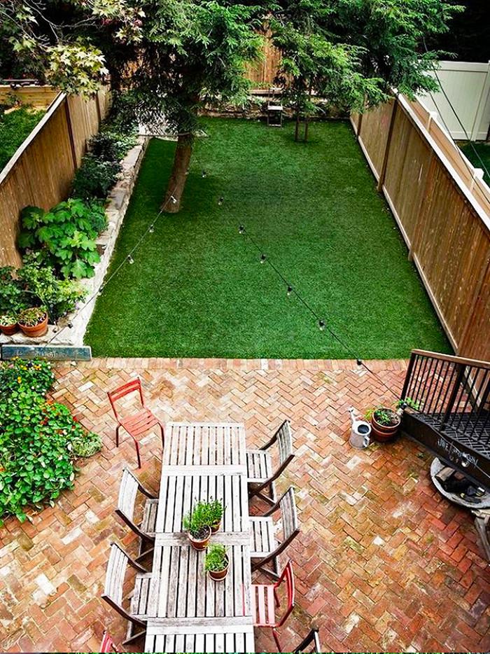 แต่งสวนด้วยอิฐแดง เป็นพื้นตัดกับสนามหญ้า