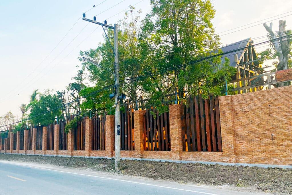 อิฐโบราณ บนรั้วบ้านสุดคลาสสิก ที่ จ.ปทุมธานี