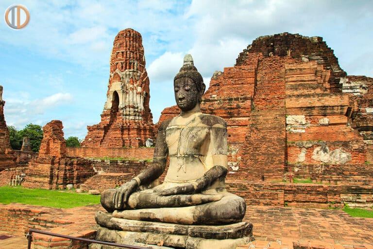 พระพุทธรูปหินทรายองค์ใหญ่ ตั้งอยู่ด้านหน้าของปรางค์ประธาน