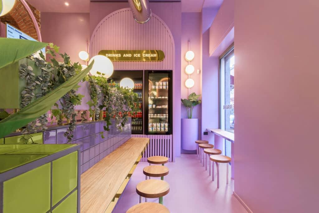 Hamburger Chain Bun Restaurant ร้านแฮมเบอ์เกอร์ ขนาด 140 ตารางเมตร ตั้งอยู่ที่ Viale Bligny ถัดจากมหาวิทยาลัย Bocconi ในมิลาน ประเทศอิตาลี